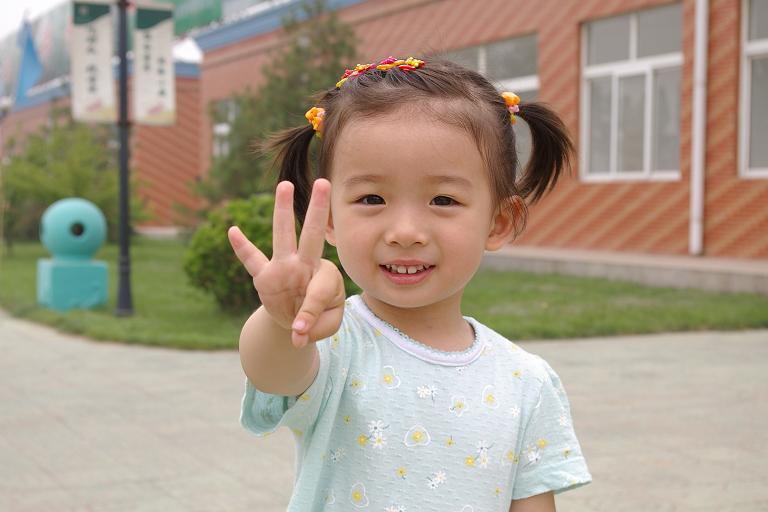 尊敬的幸福泉幼儿园的老师们: 你们好! 我们是***的父母。***即将开始在幼儿园的生活,我们作为家长既万分激动也颇感忐忑。 为了让老师了解***,便于在幼儿园更好的引导和培养,我们将***在家里的情况书面汇报给你们。 在她开始上幼儿园之前,我们就带她参观过幸福泉,因为喜欢里面的玩具,所以很愿意上幼儿园。为了让她更好的适应幼儿园的生活,8月份让她进入了幸福泉的半日班,一直坚持着,感觉效果不错。 以下是***小朋友的基本情况。 姓名: 大名:***,女孩,2003年2月23日生,现在2岁半了。 小名(昵称)
